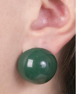 Brinco pequeno de acrílico verde maisa