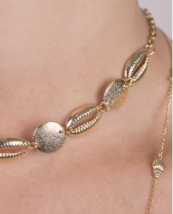 Colar de metal dourado com búzios Morgana