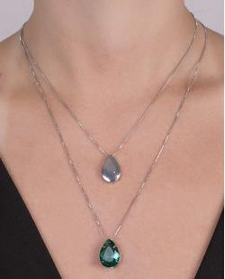 Colar de metal prateado com pedra verde tata