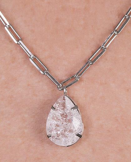 Colar de metal prateado com pedra cristal Gaby