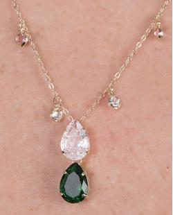 Colar de metal dourado com pedra cristal e verde Angelita
