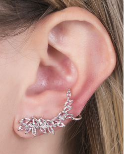 Ear cuff de metal prateado com pedra cristal smith