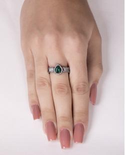 Anel de metal grafite com pedra verde e strass cristal Brum
