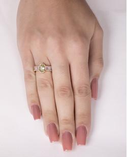 Anel de metal dourado com pedra verde e strass cristal Brum