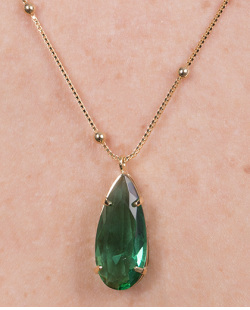 Colar de metal dourado com pedra verde Indira