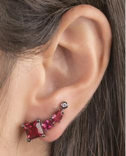 Ear cuff de metal grafite com pedra vermelha Narella