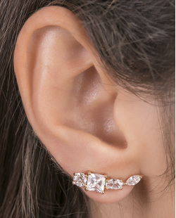 Ear cuff de metal dourado com pedra cristal Micaela