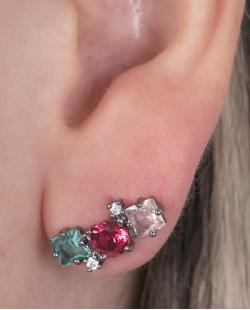 Ear cuff de metal grafite com pedra rosé, vermelha e verde Bullock.