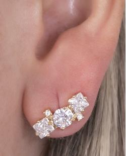 Ear cuff de metal dourado  com pedra cristal Bullock.