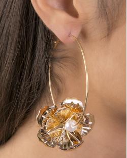 Brinco de argola de metal dourado com pérola Roberta