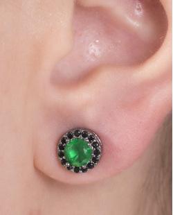Brinco pequeno de metal grafite com pedra verde e strass preto Ciara