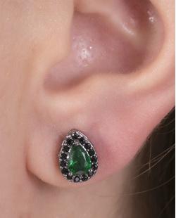 Brinco pequeno de metal grafite com pedra verde e strass preto Suri