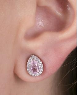 Brinco pequeno de metal prateado com pedra rosa e strass cristal Suri