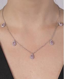 Colar de metal prateado com pedra rosa Cleusa