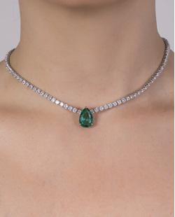 Colar de metal prateado com pedra verde e cristal Madalena