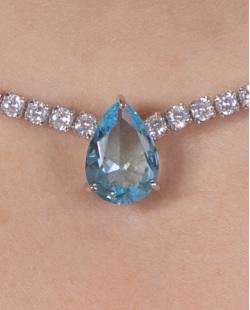 Colar de metal prateado com pedra azul e cristal Madalena