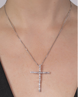 Colar de metal prateado com pedra cristal Nina