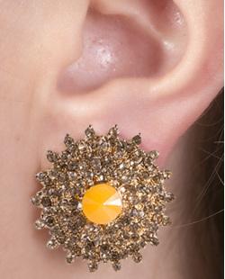 Brinco pequeno de metal dourado com pedra laranja e strass licor Val