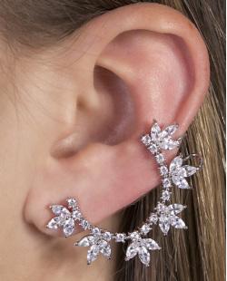 Ear cuff de metal prateado com pedra cristal Kauan