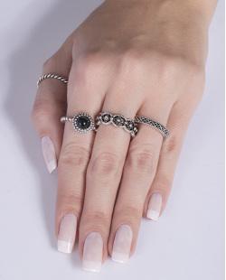 Kit anel de metal prateado com pedra preta Evelina