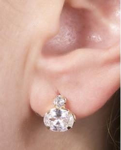 Brinco pequeno folheado de metal dourado com pedra cristal Anne
