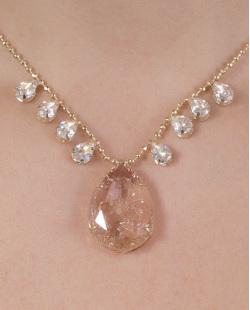 Colar de metal dourado com pedra rosé e cristal Ivone
