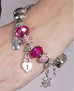 Pulseira de metal prateado com pedra rosa Nelita