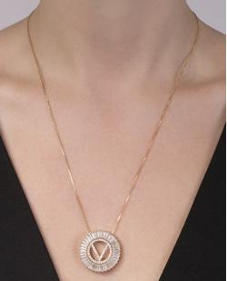 Colar de metal dourado com strass cristal letra V