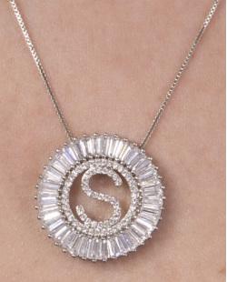 Colar de metal prateado com strass cristal letra S