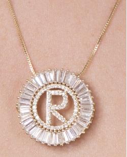 Colar de metal dourado com strass cristal letra R