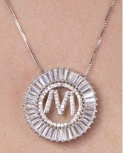 Colar de metal prateado com strass cristal letra M