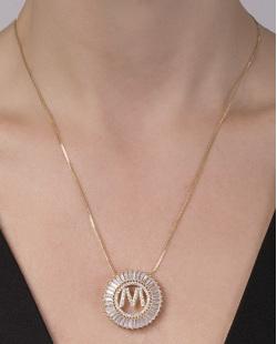 Colar de metal dourado com strass cristal letra M