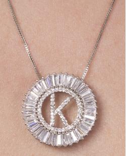 Colar de metal prateado com strass cristal letra K