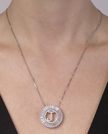 Colar de metal prateado com strass cristal letra J
