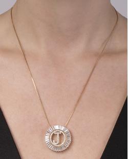 Colar de metal dourado com strass cristal letra J