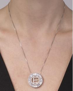 Colar de metal prateado com strass cristal letra E