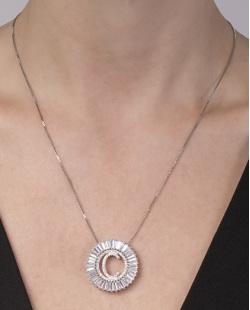 Colar de metal prateado com strass cristal letra C