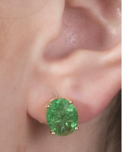 Brinco pequeno de metal dourado com pedra fusion verde Graciane