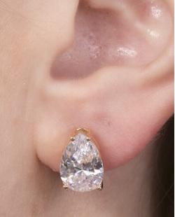 Brinco pequeno de metal dourado com pedra cristal Joseane