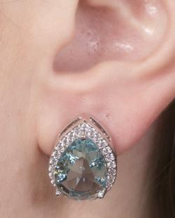 Brinco pequeno de metal prateado com pedra azul e strass cristal Regiane