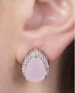 Brinco pequeno de metal prateado com pedra rosa e strass cristal Regiane