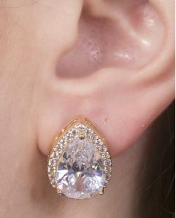 Brinco pequeno de metal dourado com pedra e strass cristal Regiane