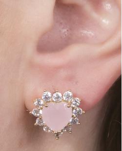 Brinco pequeno de metal dourado com pedra rosa e strass cristal Mariane