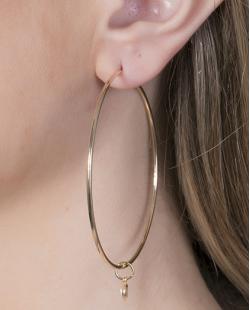 Argola folheada de metal dourado com pedra cristal Iris