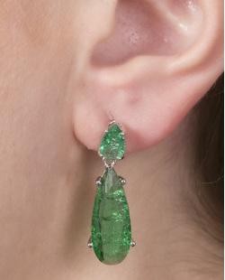Brinco pequeno de metal prateado com pedra fusion verde Flora