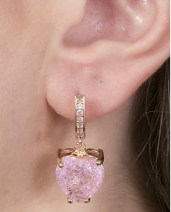 Brinco de argola de metal dourado com pedra rosa Marieta