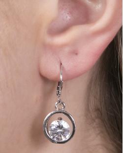 Argola de metal prateado com pedra cristal Diene