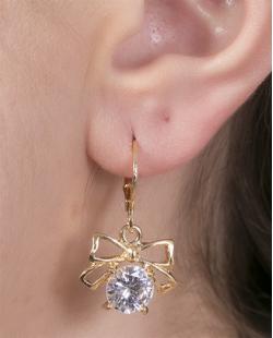 Argola de metal dourado com pedra cristal Camila