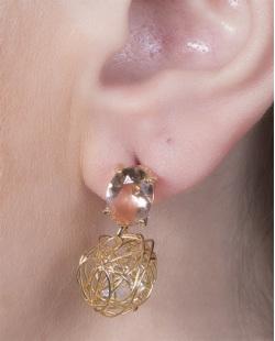 Brinco pequeno de metal dourado com pedra rosé Camila