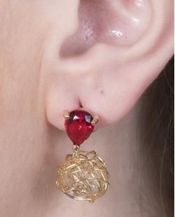 Brinco pequeno de metal dourado com pedra vermelha Débora